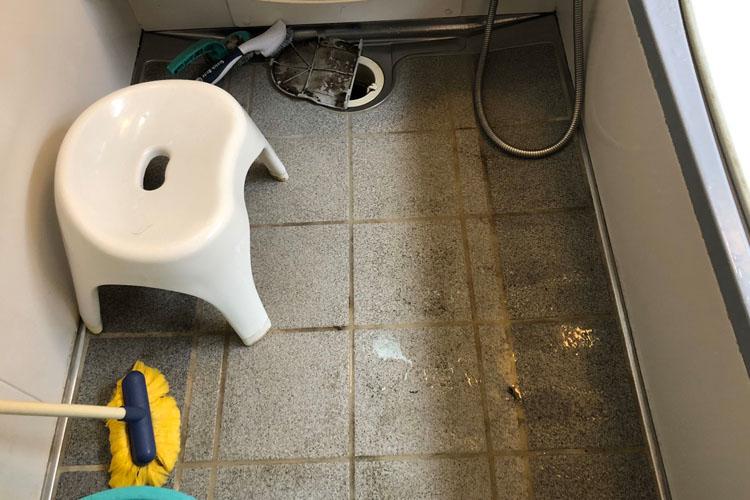床(タイルの汚れ)